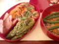 本日のお弁当。茹でアスパラ、ハーブソーセージ、ホタテとベーコン焼