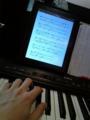 iPad楽譜と鍵盤とゆび。