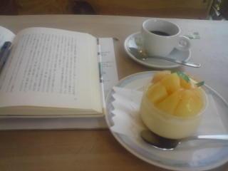 図書館休みでした!テヘ。仕方ないのでケーキ屋さんで。仕方ないから