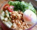今日はさっぱりと「サラダ風素麺」ランチ。席の後ろが冷蔵庫だから、