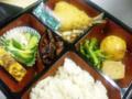 今日メニューは、アジフライ マカロニサラダ、揚げ饅頭 湯葉 小松菜、