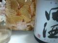 貰い物のポテチをツマミに、田んぼで酒なう。この蔵、どうして綿菓子