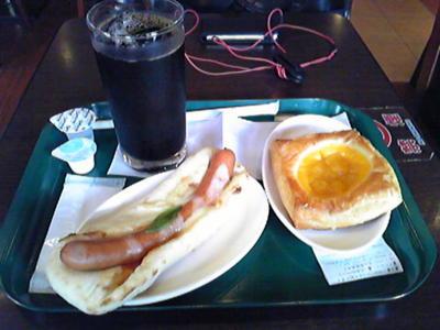 たまには出勤前にカフェで朝食。