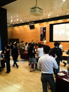 只今、オーストラリア大使館のワインパーティーに潜入中!