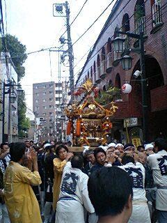 阿佐ヶ谷でお祭りやってました。威勢のいい御神輿です。
