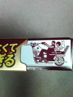 ロッテアーモンドチョコレートの内箱の長辺の両側面に、細長さを活か