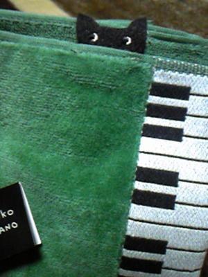 緑のハンカチからクロネコ覗いてる(´;ω;`)かわいい
