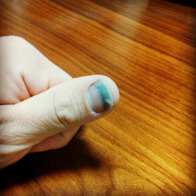 爪が綺麗にツートンカラー