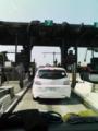 東名高速、入り口から渋滞しています。横浜まで90分。ひえ〜