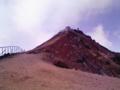 あの急斜面を登りきれば日本最高峰3776m!上に建ってる建物は富士山測