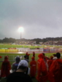 開始15分前 雨です。私はカッパで参戦です。観客は3000人台かな。