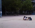 雨の降りそうな午後輪になって遊ぶ少女たち