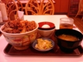 メガ牛丼…肉を箸でちょいと避けても、ご飯が見えないと言う肉の量は