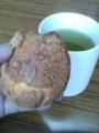 3時のお茶なう。渋めにいれた鹿児島茶とカスタードたっぷりシュー。