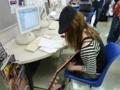パソコンの前で、課題曲を聴きながらLPW(アン サンブル授業)の練習中!
