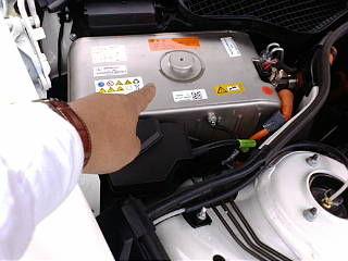 これがメルセデスハイブリッドの電池だ! なんとリチウムイオンで、