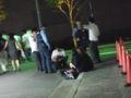 制服を着たお子様達が警察さんから指導されている。なるほど平日終電