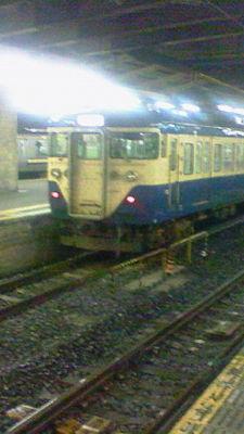 千葉駅なう。初めて来たからちょっと冒険中。スカ色の111系、初めて見