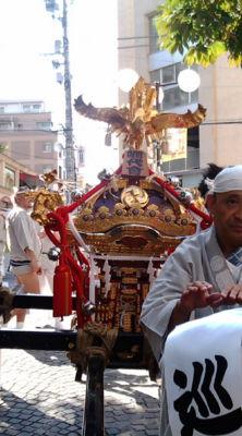 今日は麻布十番の祭へ。さすがにふんどしではアクアショップには行け