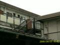 かつて私が暮らしたアパート。画像の真ん中の階段のそばの部屋に住ん