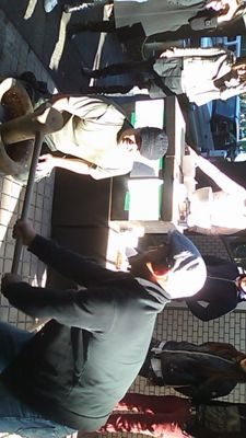 西麻布の太陽祭で、もつ煮込みを食べながら、餅つきを眺める文化の日