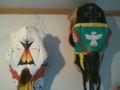 ラコタ族がペイントした馬の頭蓋骨。カラーリングが、冷静と情熱の間