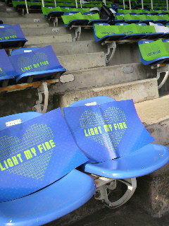座席に青と緑の紙が。入場時に使うのかな?