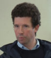 記者会見中のミケル・デルザングル調教師。ブエナビスタのレースVT