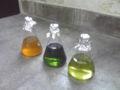 海綿Theonella swinhoei 抽出液。左からメタノール、含水プロパノール一回