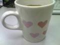 あったかい飲み物を入れるとハートが赤く染まるマグカップ。ほうじ茶