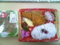 今日のお昼は、鎌倉屋の鮭フライ弁当に中華サラダ。計400円也。