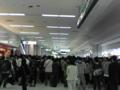 羽田空港第一ターミナルの待合い場所(太陽の塔)付近に修学旅行生が集