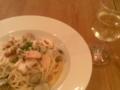 朝+昼ご飯は外食で、魚介類のパスタに白ワイングラス1杯。