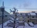起きたら雪に車が埋もれて白玉団子みたいになっとる