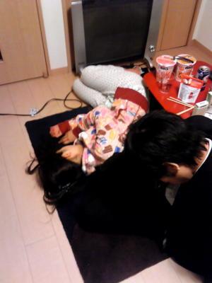 女友達の家なう。家主の彼女は寝て、23時までサービス残業していた彼