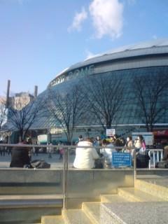 娘2人がKAT-TUNのカウントダウンコンサートで東京ドームに着きました。