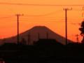 快晴、風冷たい。埼玉から見る元日の夕日を背負った富士山は小さい。