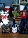 実家からもらった踊る猫人形。先日、友人からもらった魔女人形と並べ