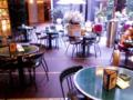 Bunkamura の商談場所。根岸くんはこういうカフェが好きだろうが、俺に