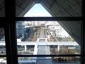 ビッグサイト三角の屋根の中から目下を望むなう