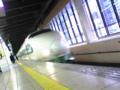 上越新幹線。道中、左右で首のシルエットが違うことに気がついた。…