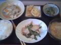 今日の定食B。香草蒸し鶏むね肉と絹さやの炒め・具だくさんチャプチ