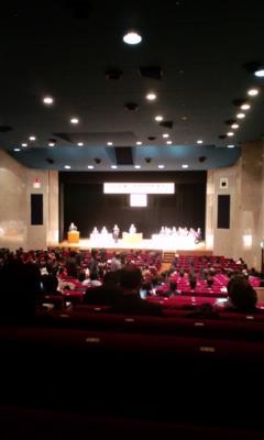 政府主催の拉致問題講演会。満席ならず、空席目立つ。何やってんだ。