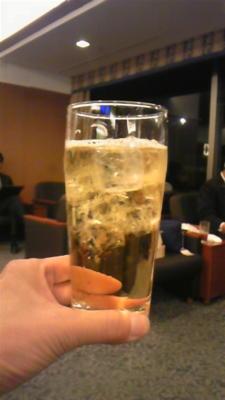 羽田空港のさくらラウンジで、ウイスキーを炭酸で割ってハイボー ル