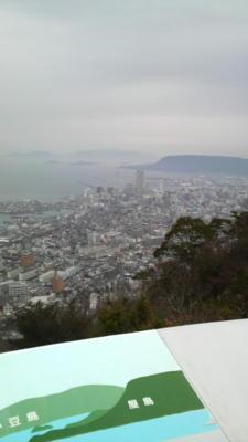 高松サンポートあたりを一望します。右奥は屋島そのおくは小豆島 で