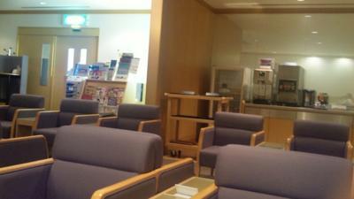 石川県の小松空港のANAラウンジに来てます。お酒が飲み放題なので