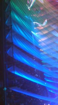 DJ ステージ。アリーナ席より。 暗くてカーテンの下の人たちはみえな