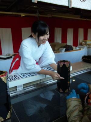 言われて思い出した、神田明神の巫女さん@おみくじ売り場。ちゃんと