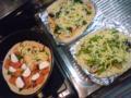 オーブンレスで自家製ピザなう。フライパンで生地が焼けたら、次は魚
