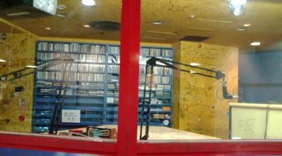 久々にマルビルのタワレコに来た。fm大阪の公開放送のスタジオ。